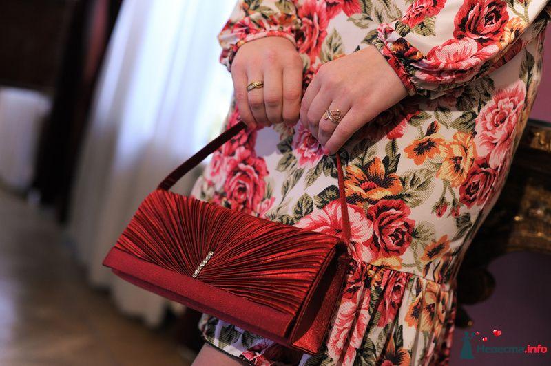 Подружка невесты в коротком платье ретро с красными розами и желтыми цветами с  длинным присборенным внизу рукавом, и оборкой по - фото 118901 Anita