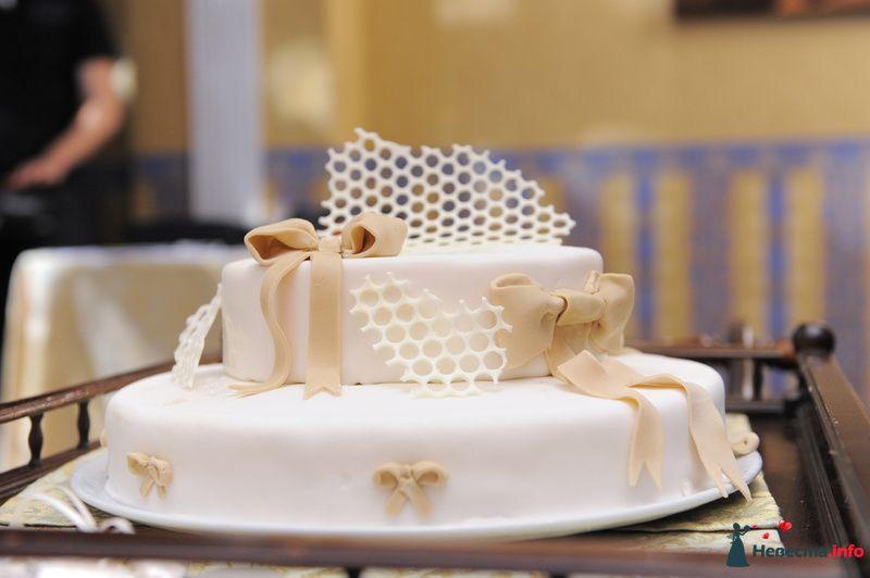 Двухъярусный свадебный торт,в белой мастике, украшенный серыми - фото 118976 Anita