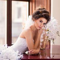 Портрет невесты в студии с белыми цветами