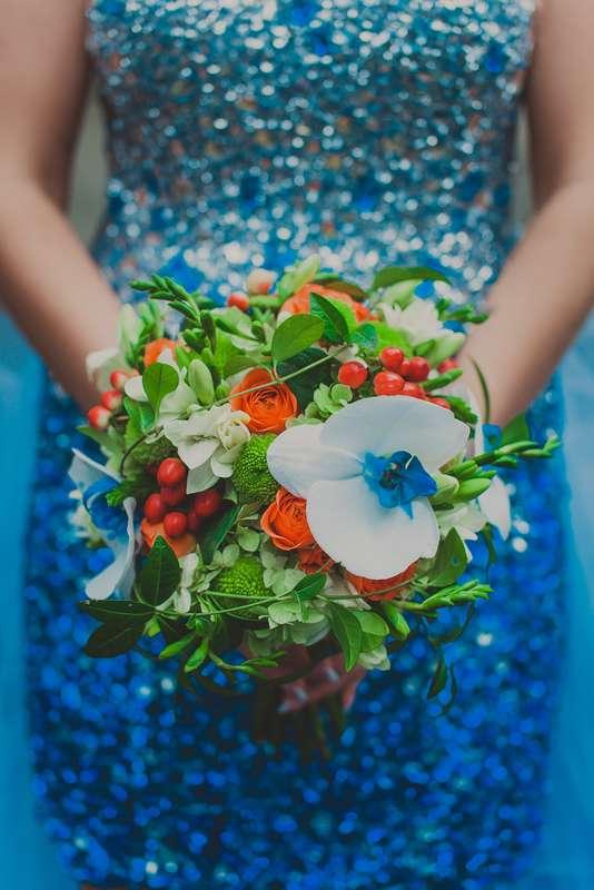 Букет невесты из белых фрезий, белых орхидей, зелени и зеленых хризантем, оранжевых роз и красного гиперикума  - фото 2266968 Lui et Elle photography