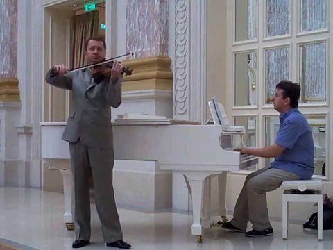 Скрипач и фортепиано